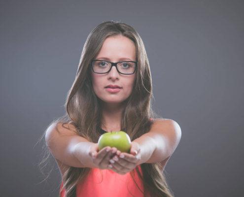 Pereszlényi Alexandra almával