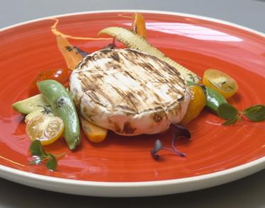 Grillezett camembert zöldségágyon
